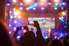 Ludzie przy koncertowym mknącym wideo lub fotografią obraz stock