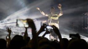 Ludzie przy koncertowym mknącym wideo lub fotografią Obrazy Royalty Free