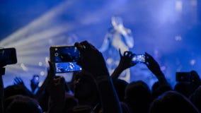 Ludzie przy koncertowym mknącym wideo lub fotografią Fotografia Royalty Free