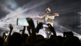 Ludzie przy koncertowym mknącym wideo lub fotografią Zdjęcia Stock