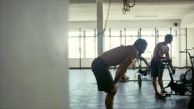Ludzie przy krzyża napadu treningu gym