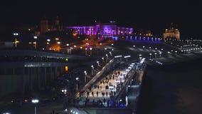 Ludzie przy lodowiskiem przy nocą zbiory wideo