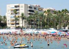 Ludzie przy Los Locos plażą Torrevieja Hiszpania obrazy stock