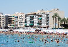 Ludzie przy Los Locos plażą Torrevieja Hiszpania zdjęcie royalty free
