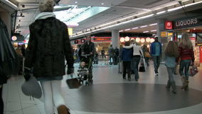 Ludzie przy lotniskiem zdjęcie wideo