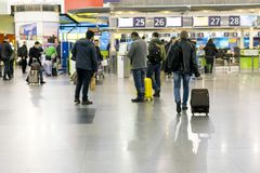 Ludzie przy lotniskiem Ludzie przy lotniskiem iść terminal fotografia royalty free