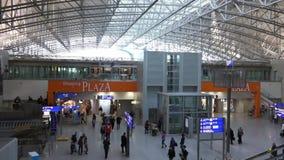 Ludzie przy lotniskiem w Frankfurt magistrala - Am - zbiory wideo