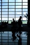 Ludzie przy lotniskowym wnętrzem Zdjęcia Royalty Free