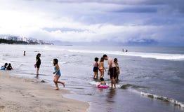 Ludzie przy Meksykaninem wyrzucać na brzeg w Pacyficznym Oceanie Zdjęcia Stock
