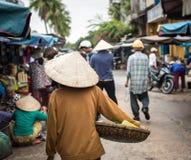Ludzie przy miejscowym wprowadzać na rynek w Quang Nam, Wietnam Zdjęcie Stock