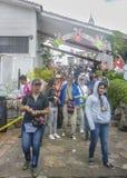 Ludzie przy Monserrate bazyliką w mieście Bogota Kolumbia obrazy stock