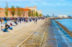 Ludzie przy nabrzeżem Portugal lizbońskiego Zdjęcie Stock