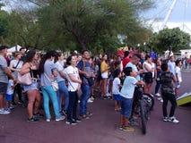 Ludzie przy parkiem rozrywki fotografia royalty free