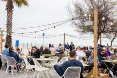 Ludzie przy plaża barem w zimie przy losem angeles Barceloneta w Barcelona Hiszpania zdjęcia stock