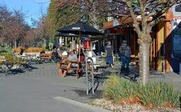 Ludzie przy plenerową kawiarnią w Hanmer Spings Nowa Zelandia Zdjęcia Royalty Free