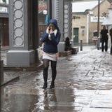 Ludzie przy podgrodzie rynkiem, chuje od deszczu Między rzędami tam jest dziewczyna z parasolem Obrazy Stock