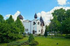 Ludzie przy Pokrovsky Katedralnymi świętymi Martha i Mary klasztorem Mo Zdjęcie Stock