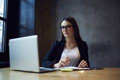 Ludzie przy pracą ÑŒinternet i laptopem w newsroomie obrazy royalty free