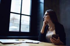 Ludzie przy pracą nad ekonomiczną strategią używać wifi w biurze obrazy royalty free