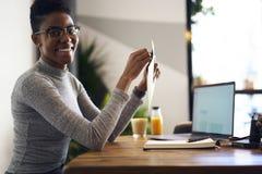 Ludzie przy pracą pracuje z bazą danych przez laptopu n firmy handlowa Fotografia Stock