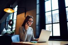 Ludzie przy pracą robi dalekiej pracie przez laptopu łączyli sieć bezprzewodowa obraz royalty free