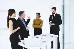 Ludzie przy pracą z pracownikami w coworking przestrzeni używać nowożytnych przyrząda i wifi Zdjęcie Royalty Free