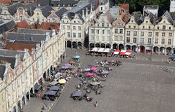 Ludzie przy restauracjami na rynku w arrasie, Francja Zdjęcie Royalty Free