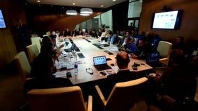 Ludzie przy round stołu sesją zdjęcie wideo