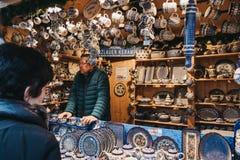 Ludzie przy rzemiosło stojakiem wśrodku bożych narodzeń i nowego roku rynek przy Schonbrunn pałac, Wiedeń, Austria zdjęcia royalty free