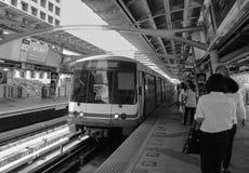 Ludzie przy stacją metru w Bangkok, Tajlandia fotografia stock