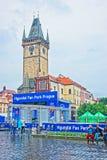 Ludzie przy Starym urzędem miasta w centrum miasta Praga Obraz Stock