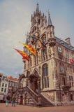 Ludzie przy Targowym kwadratem z gothic urzędem miasta i flaga w chmurnym dniu przy Gouda Zdjęcie Stock