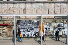Ludzie przy terenoznawstwem terror niemiec: Topographie des Ter obrazy royalty free
