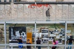 Ludzie przy terenoznawstwem terror niemiec: Topographie des Terr zdjęcia royalty free