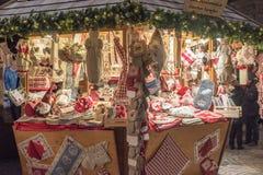 LUDZIE przy tradycyjnym xmas wprowadzać na rynek TRENTO WŁOCHY, GRUDZIEŃ - 1, 2015 - Zdjęcie Stock