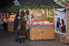 LUDZIE przy tradycyjnym xmas wprowadzać na rynek TRENTO WŁOCHY, GRUDZIEŃ - 1, 2015 - Fotografia Royalty Free