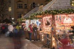 LUDZIE przy tradycyjnym xmas wprowadzać na rynek TRENTO WŁOCHY, GRUDZIEŃ - 1, 2015 - Obraz Stock