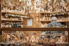 LUDZIE przy tradycyjnym xmas wprowadzać na rynek TRENTO WŁOCHY, GRUDZIEŃ - 1, 2015 - Zdjęcia Royalty Free