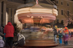 LUDZIE przy tradycyjnym xmas wprowadzać na rynek TRENTO WŁOCHY, GRUDZIEŃ - 1, 2015 - Zdjęcie Royalty Free