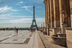 Ludzie przy Trocadero i wieża eifla w Paryż Obraz Stock