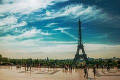 Ludzie przy Trocadero i wieża eifla w Paryż Fotografia Stock