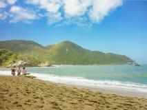 Ludzie przy Tropikalną plażą Tayrona park narodowy fotografia royalty free