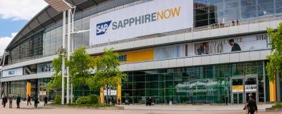 Ludzie przy wejściem SZAFIROWA konferencja SAP firma fotografia stock