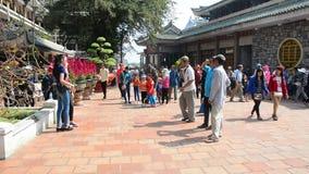 Ludzie przy Wielką Macierzystą świątynią w Chau Doc, Wietnam zbiory wideo
