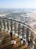 Ludzie przy wierzchołkiem Burj Khalifa, Dubaj, UAE Fotografia Royalty Free