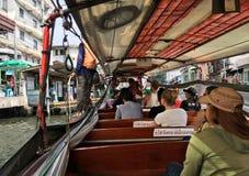 Ludzie przy wodnym autobusem w Bangkok Zdjęcia Royalty Free