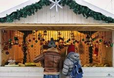 Ludzie przy Xmas stojakiem w bożych narodzeniach wprowadzać na rynek przy katedra kwadratem Zdjęcia Stock