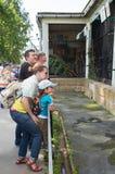 Ludzie przy zoo blisko klatek z drapieżnikami Zdjęcie Royalty Free