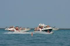 Ludzie Przyjęcia Na Łodziach Zakotwiczać W Jezioro Michigan Obraz Royalty Free