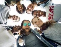 Ludzie przyjaźni więzi skupiska drużyny jedności pojęcia obraz royalty free